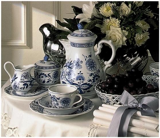 hutschenreuther porzellan serie zwiebelmuster 3 tlg gedeck teller mit tasse art nr hu02001. Black Bedroom Furniture Sets. Home Design Ideas